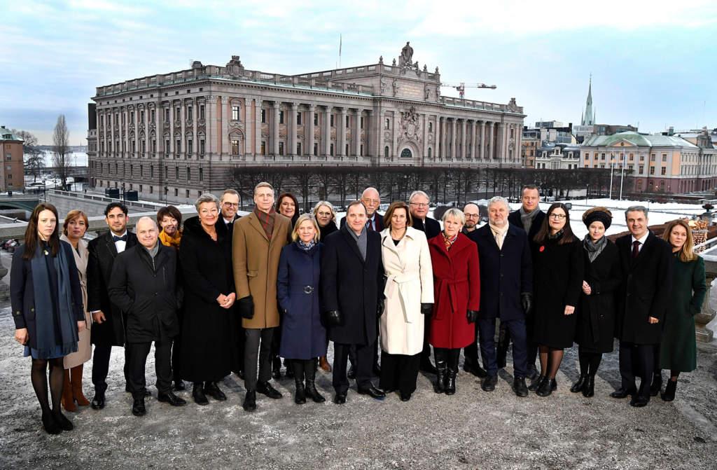 Statsminister Stefan Löfvens nya regering fotograferad på Lejonbacken framför Riksdagshuset i Stockholm